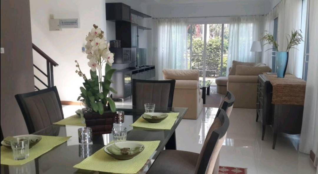 Super new and clean 3 bedroom modern style house located close to trendy Thonglor and Ekamai area.