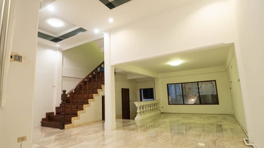 LTH3808 – Townhouse in Ekamai FOR RENT 5 beds 4 baths size 350 Sq.M. Nearby BTS Ekkamai station ONLY 50k/Month