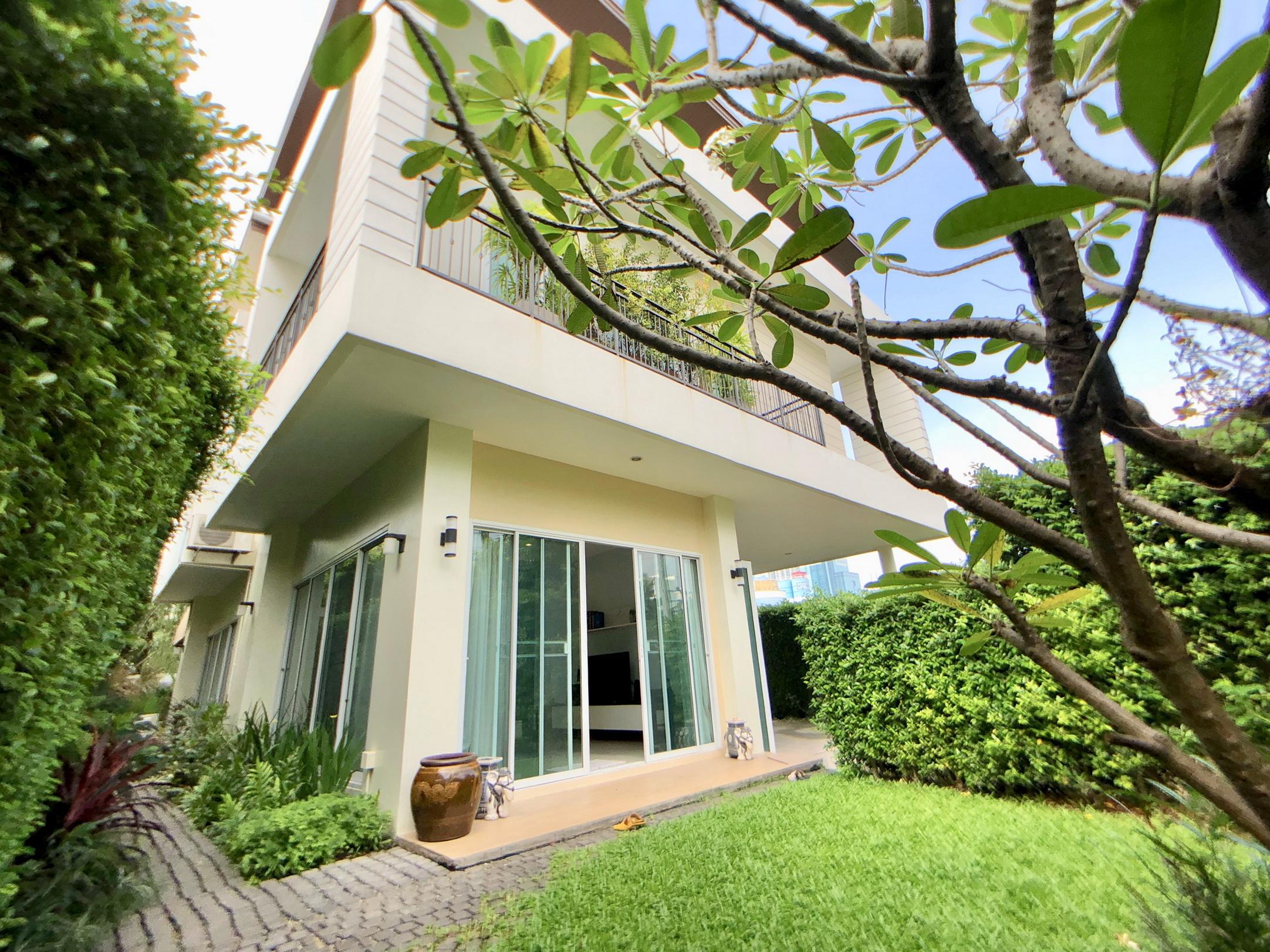 Single House with Small Garden & Pool for rent Ekamai-Rama9 area - 120,000