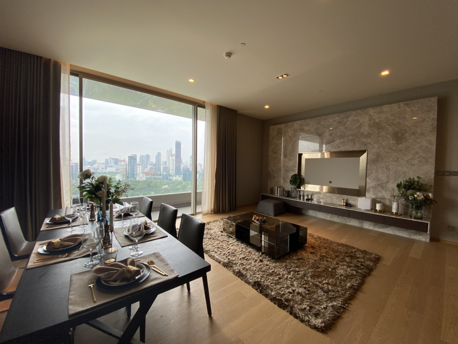 Luxurious 2 Bedroom Unit On High Floor for RENT @ Saladaeng One